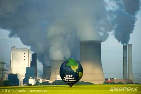 Climate Balloon over Coal Plant in GermanyKlimaballon am Kraftwerk Niederaussem